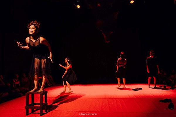 Espetáculo é a primeira montagem da diretora e dramaturga Heloísa Sousa, uma das fundadoras da Sociedade T e imprime uma forte carga feminista ao espetáculo