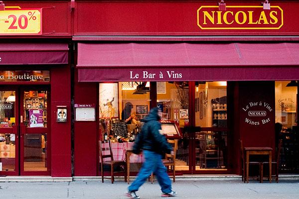 Lojas especializadas em vinhos detém 48% das vendas.  A loja Nicolás tem desconto para champagnes e o cavista indica as novidades