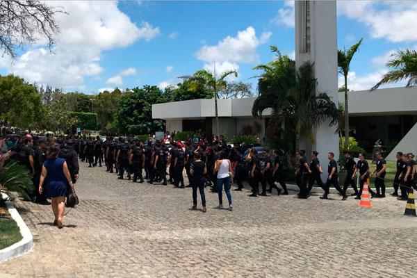 Agentes penitenciários prestaram homenagem ao colega Thiago Jefferson Bezerra, morto na última terça-feira