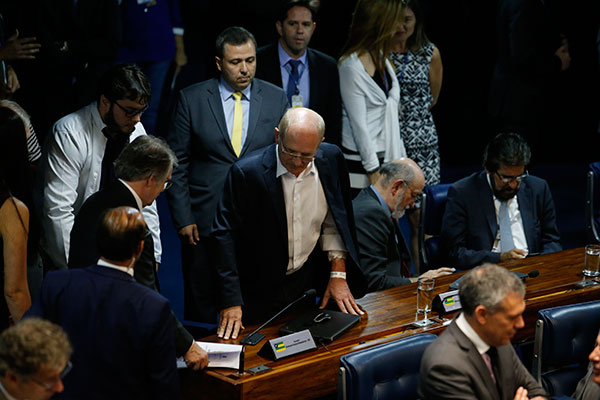 Paulo Bauer foi ao plenário, para garantir voto favorável a Aécio, acompanhado por um médico