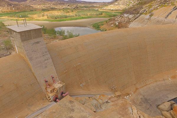 O reservatório Marechal Dutra (Gargalheiras), na cidade de Acari, está praticamente seco, com apenas 0,1% de sua capacidade total