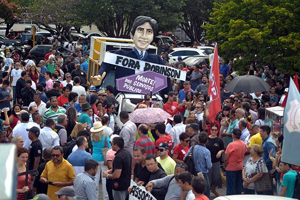 O protesto de ontem foi o que contou com o maior número de servidores, que paralisaram suas atividades e saíram às ruas cobrando o pagamento em dia dos salários