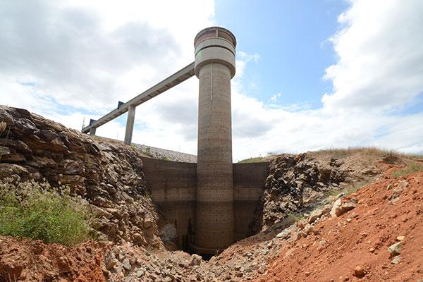 Comportas da barragem, que deveriam perenizar o rio Ceará-Mirim, estão fechadas desde maio
