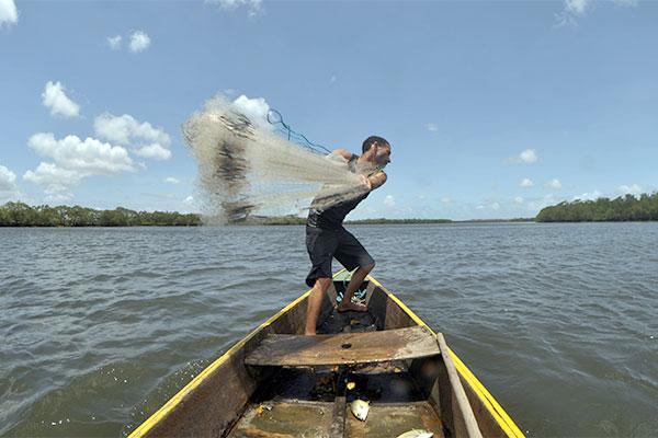 O pescador Adriano Duarte Feitosa, de 31 anos, sobrevive com a venda de peixes, que são cada vez mais escassos