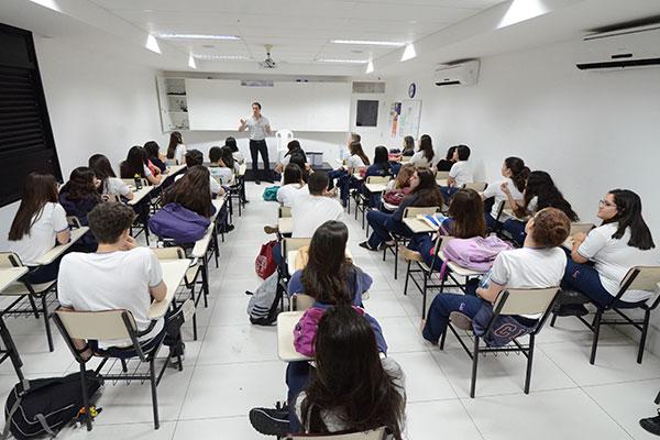 Alunos do 3º Ano do Ensino Médio do CEI Romualdo Galvão assistem palestras sobre carreiras