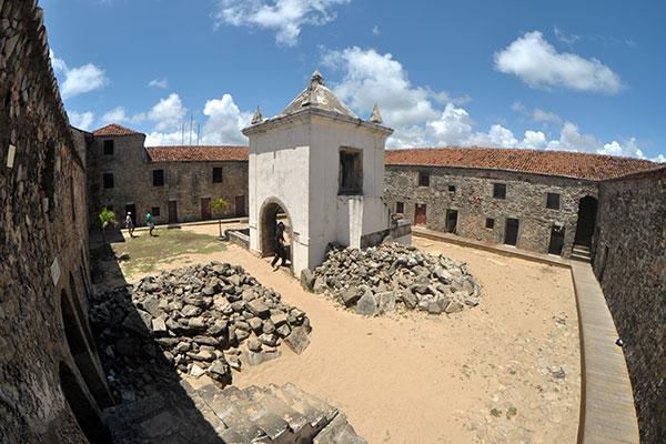 No interior da Fortaleza dos Reis Magos, se observa um amontoado de pedras e areia, resultantes de escavações arqueológicas
