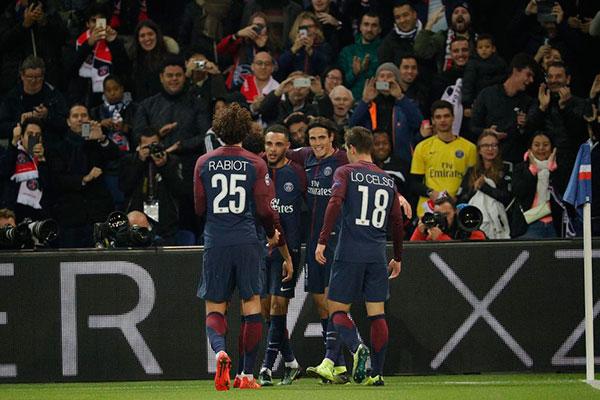 Com três gols, lateral Kurzawa fez das estrelas do PSG meros coadjuvantes na goleada ante os belgas