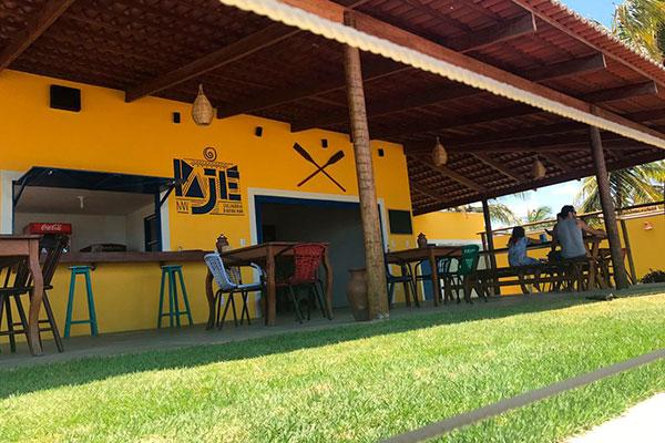 O restaurante Pajé Culinária à Beira Mar costuma ser bastante procurado na praia de Maracajaú