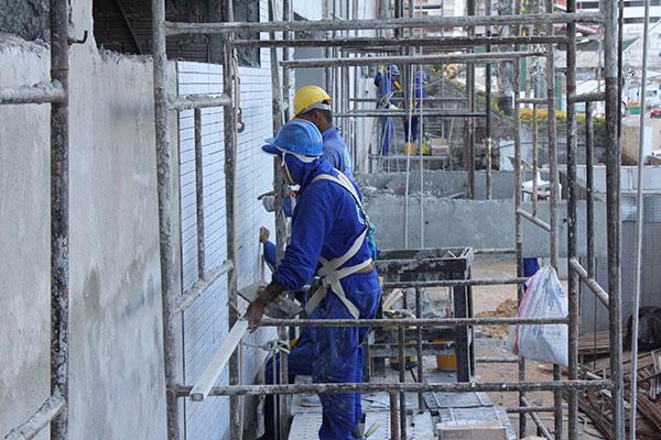 Segmento da construção civil, que responde pela maior parcela de investimento, acumula queda