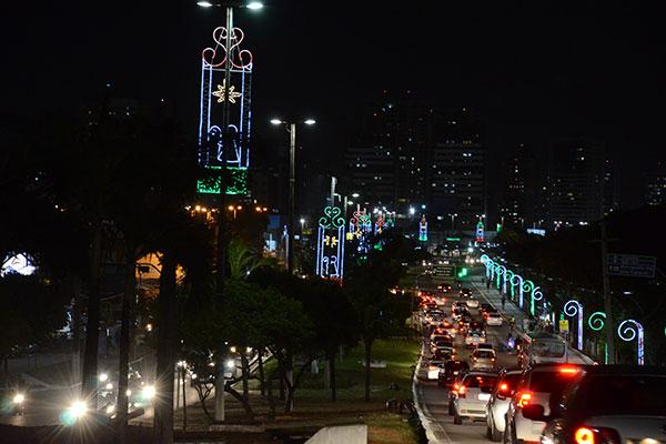 Previsão da prefeitura é de concluir a iluminação de avenidas e canteiros  nos próximos 20 dias