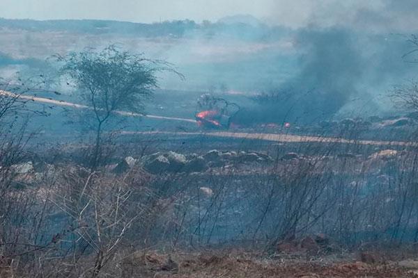 Vegetação do Açude Itans em Caicó pega fogo no início da tarde deste sábado
