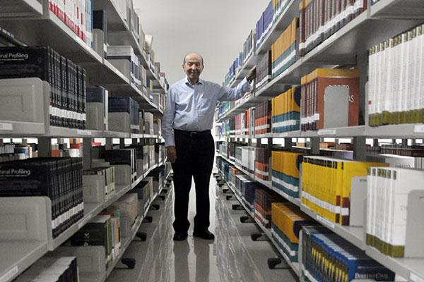 Leitor desde a infância vivida em Nova Cruz, Daladier da Cunha Lima abraçou a medicina mas nunca se desligou das letras. Na biblioteca da Uni RN, ele lembra suas referências literárias, de Câmara Cascudo a Moacyr Scliar