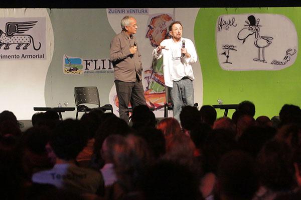 Tom Zé falou sobre literatura, música e tropicalismo em encontro com o poeta e designer André Vallias; público lotou tenda principal