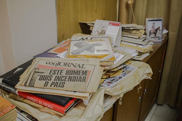Livros, jornais antigos e alguns documentos do autor