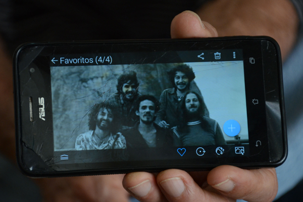 Lembranças no celular: Mirabô (à direita), com Geraldo Azevedo, Zé Ramalho e colegas de música e sonhos no Rio