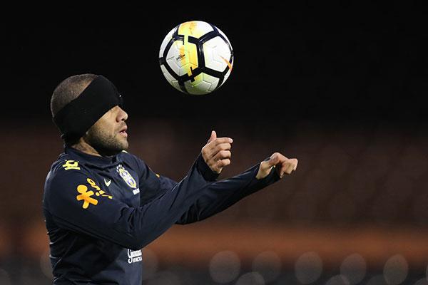 O ala Daniel Alves foi escolhido pelo técnico Tite para ser o capitão do Brasil no jogo de hoje