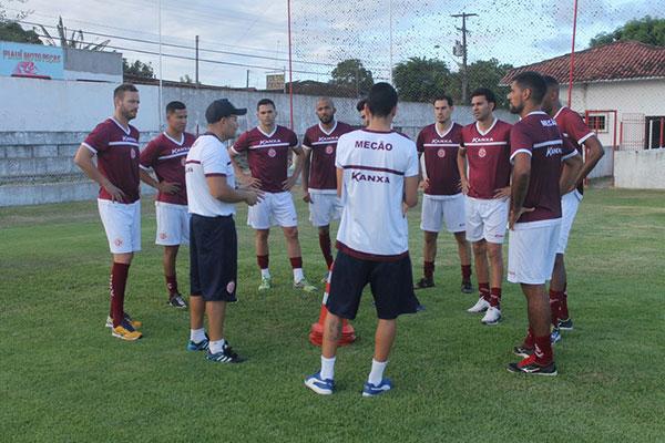 No primeiro dia de trabalho, atletas são informados como serão as etapas de preparação do grupo