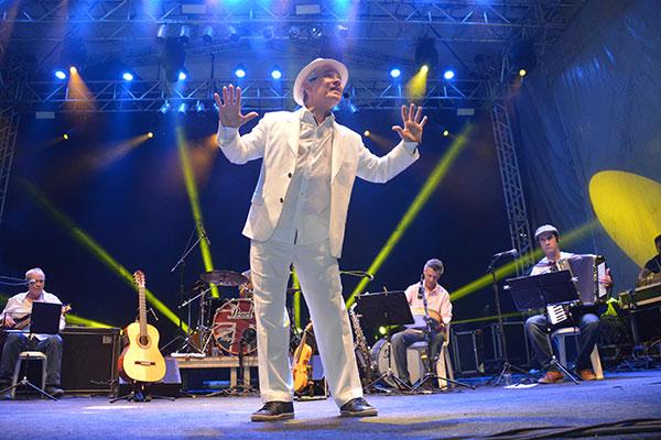 Antônio Nóbrega encerrou com um show participativo