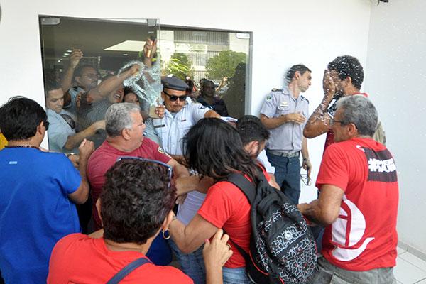 No primeiro dia de greve na Saúde, seguranças usam spray de pimenta para impedir entrada de manifestantes na lateral da Governadoria