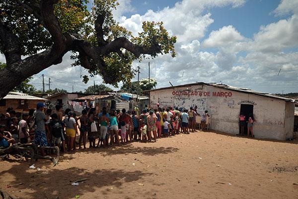 Famílias que continuam morando no assentamento 8 de março recebem quentinhas diariamente