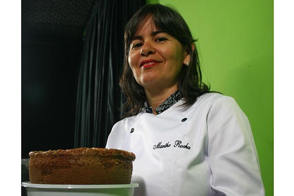 Martha Rocha prepara bolos caseiros de vários sabores. O mais famoso é o de banana sem leite, a base de massa de banana, ovos, óleo de girassol e canela
