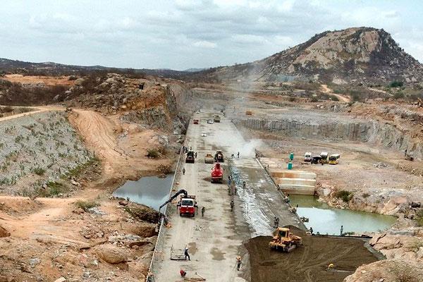 Cerca de 150 homens trabalham nas obras da barragem de Oiticica
