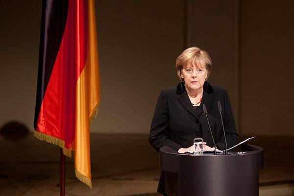 Chanceler alemã, Angela Merkel, está desgastada e isolada politicamente, mas afirma que fará o possível para manter governança
