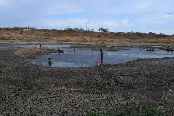 Situação de emergência foi decretada ontem (23) devido ao esgotamento quase completo do açude Rio da Pedra, que abastece a cidade. Moradores retiram o pouco da água que resta para consumo
