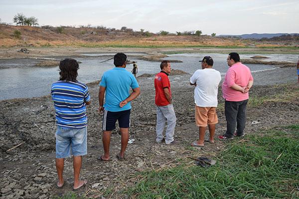 Prefeito Júnior Guimarães (de rosa) em visita ao açude Rio da Pedra e afirmou que poços estão sendo perfurados para garantir água