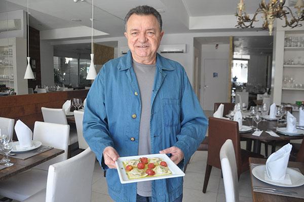 O restauranteur Zé Maria Xavier indica o menu dos domingos