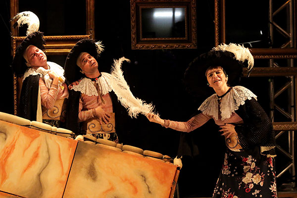 No palco, elementos do Seridó Colonial, arcaico e colorido são representados no cenário e vestes