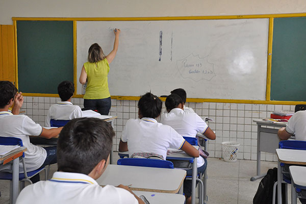 A carência de professores está menor, segundo as secretarias, devido às contratações de temporários feitas ao longo deste ano