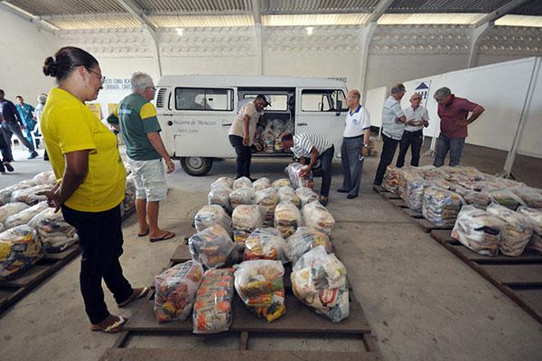 Alimentos foram organizados em cestas básicas e distribuídos na manhã de ontem às entidades