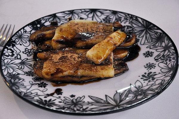 Acompanhada de melaço, a Cartola é feita com o queijo de manteiga símbolo da casa