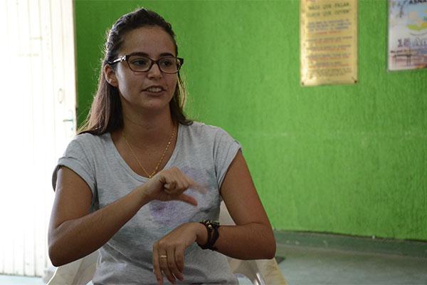 Kaliana Alves Pereira estuda na Asnat e vive a realidade dos que tem deficiência auditiva