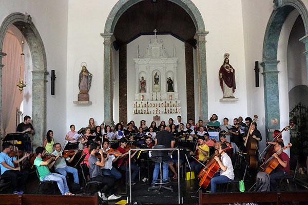 Coral Madrigal e Orquestra da UFRN, durante o ensaio geral de Grande Missa Nordestina. O espetáculo marca o retorno do coral à Matriz, 20 anos depois