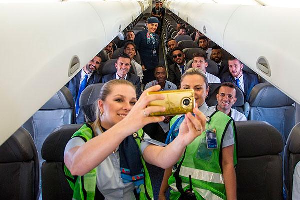 No embarque os jogadores foram tietados até dentro do avião