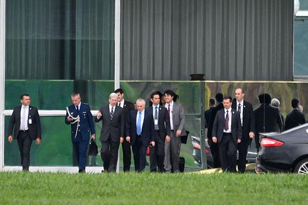 Michel Temer deixa o Palácio da Alvorada após reunião com vinte deputados para articular a votação