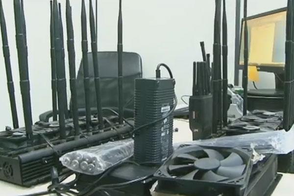 Com os suspeitos, foram apreendidos aparelhos bloqueadores