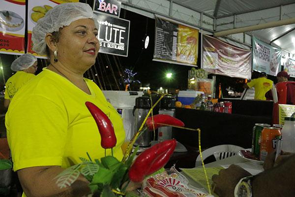 Ana Amélia, do box Café da Dalila, que está pela 6ª vez na feirinha