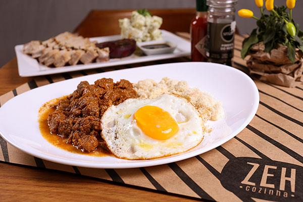 Picadinho com ovo, arroz e farofa de banana é um dos pratos executivos do dia a dia