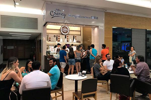 Cookie store tem espaço para mesinhas para degustar com cafés e chocolate