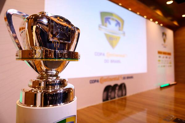 Troféu da Copa do Brasil ficou exposto, ontem, durante a cerimônia do sorteio das chaves da Copa do Brasil organizada pela CBF