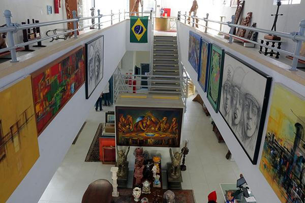 Galeria B-612 tem dois andares de muita arte: De telas de grande porte a objetos de resgate