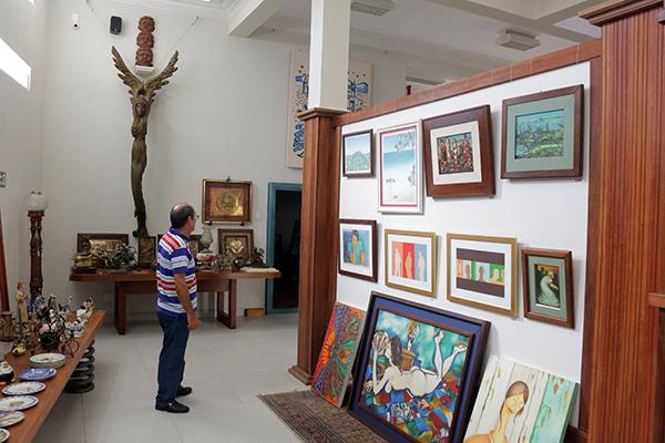 Antiguidades dividem ambiente com pinturas Marcelus Bob, Fernando Gurgel e outros nomes