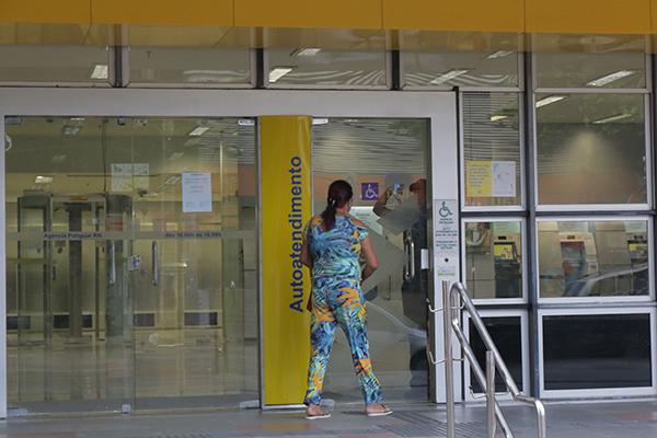 Após expediente bancário, agências do Banco do Brasil fecharam o acesso aos caixas eletrônicos