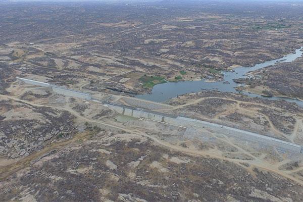 Barragem vem sendo erguida no município de Jucurutu. Projeto inicial passou por várias mudanças e, hoje, está 58,5% construído