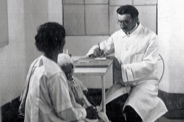 Varela Santiago clinicando no ambulatório em sua casa