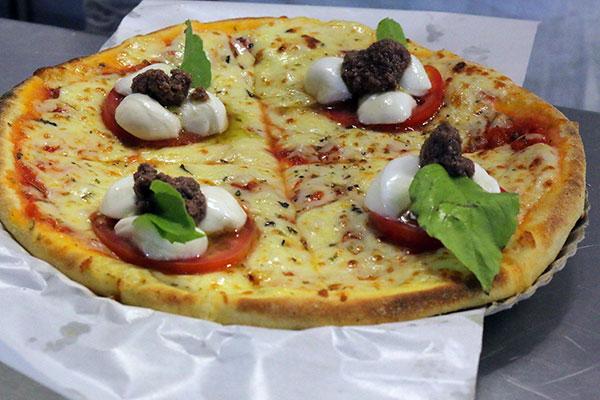 O local possui algumas marcas conhecidas, como a pizzaria Reis Magos