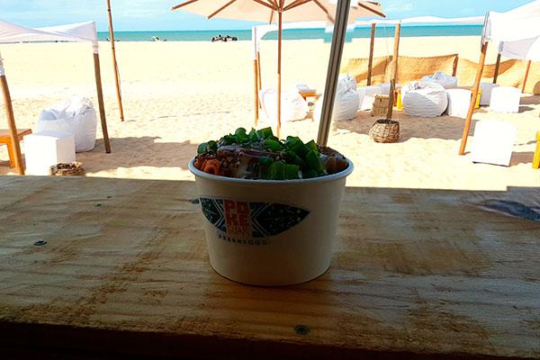 Localizado na praia do Maceió, em Gostoso, o Pokeguar serve comidinhas havaianas num ambiente aberto, em estilo de palhoça com pallets que comporta  30 pessoas